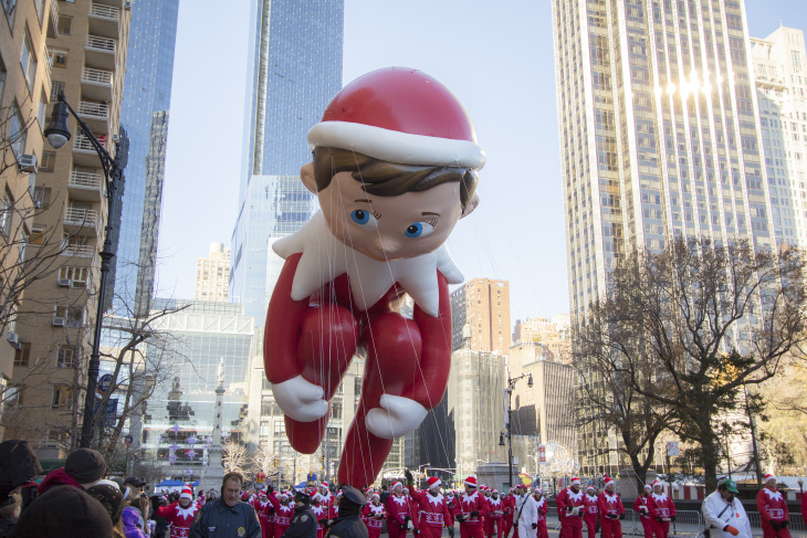 elf on a shelf balloon at the macy's thanksgiving day parade